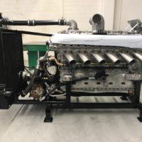 Motor fertig mit Kühlung und Oelschläuchen versehen
